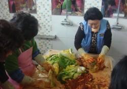 김천시장애인종합복지관, 지역 봉사단체의 지원으로 김장 김치 담궈